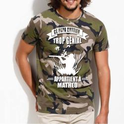 """Tee shirt camouflage personnalisé """"Ce papa huttier trop génial appartient à ..."""" avec prénom au choix"""